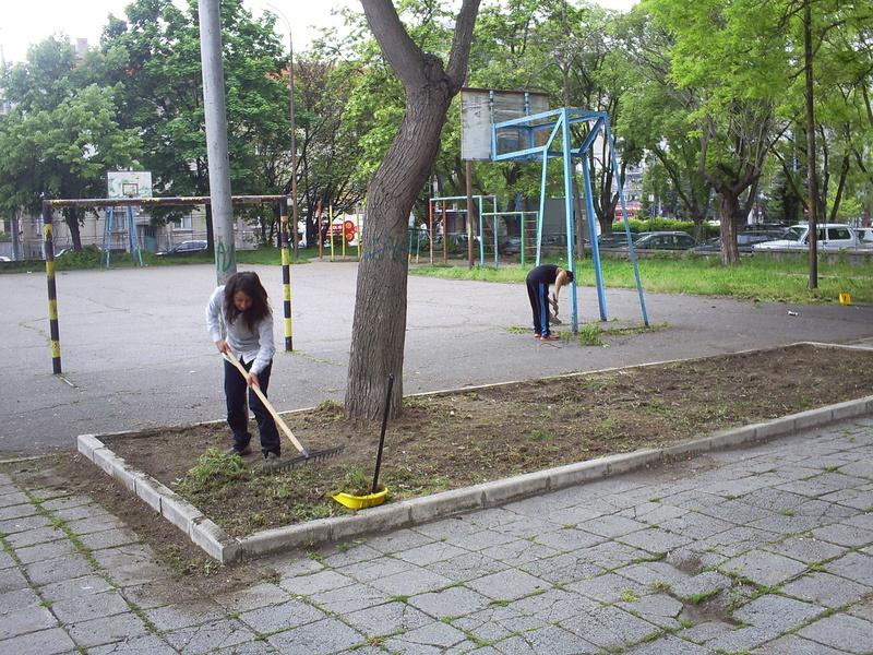 Трудова дейност в двора на училището с ученици от 9 клас 2013-2014