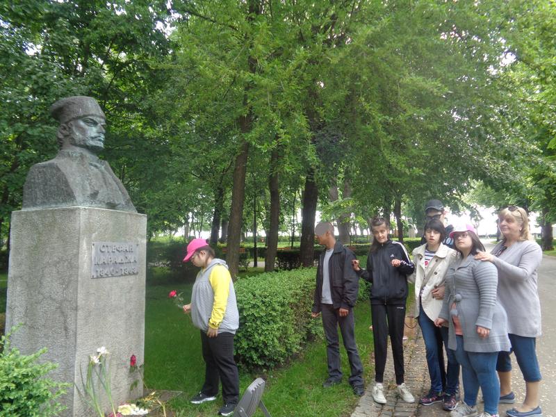 Поднасяне на  цветя пред паметниците в Морската градина XI гр. 2017- 2018 г.