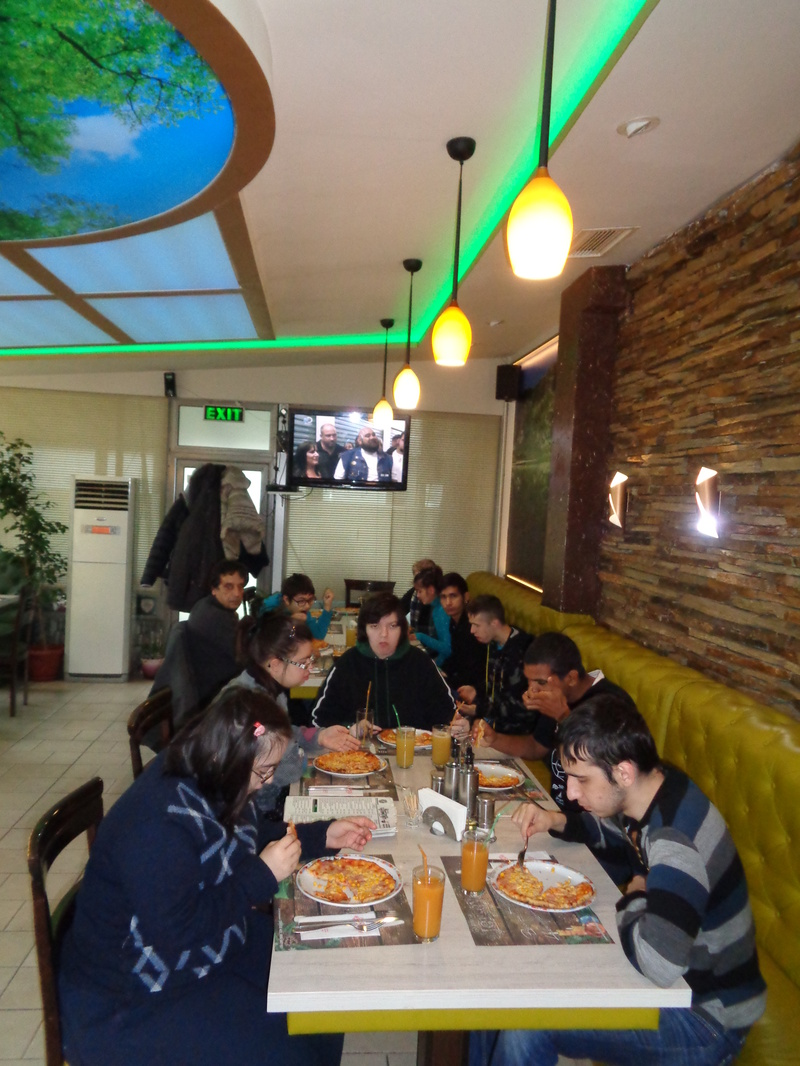 Посещение на пицария благодарение на сдружение