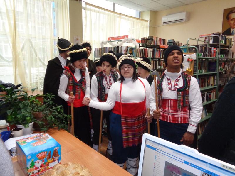 Коледуване в библиотека
