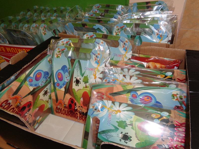 Коледни торбички подарени от фондация