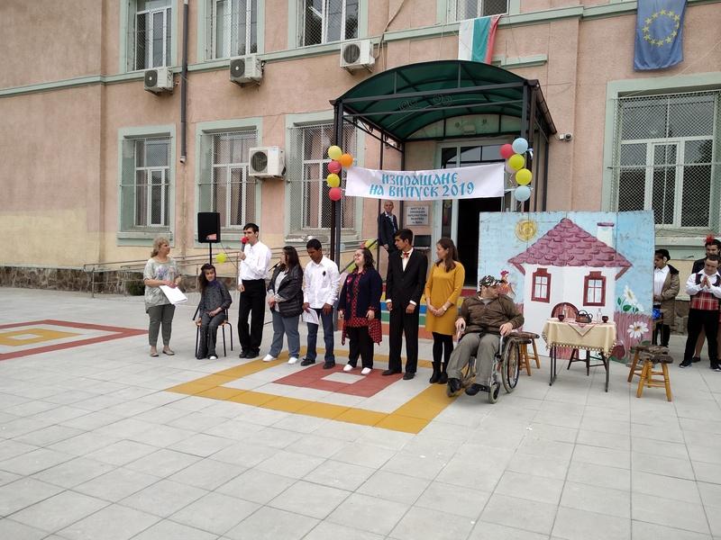 Изпращане на първите абитуриенти дванадесетокласници в присъствието на специалните ни гости г-н Димитър Николов - кмет на гр. Бургас, г-жа Йорданка Ананиева - заместник кмет, г-жа Цветелина Рандева- представител на ОДМВР-Бургас и г-жа Диана Петкова- старш